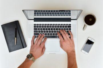 Hände arbeiten am Laptop
