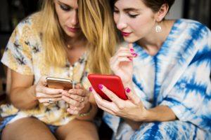 Frauen mit Smarthpone