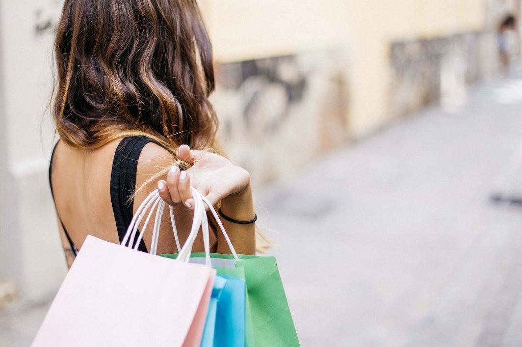Coverbild Frau mit Einkaufstaschen
